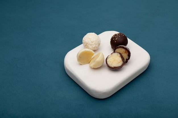 초콜릿 글레이즈의 치즈 볼 다크 초콜릿과 화이트 초콜릿으로 덮인 둥근 치즈 캔디