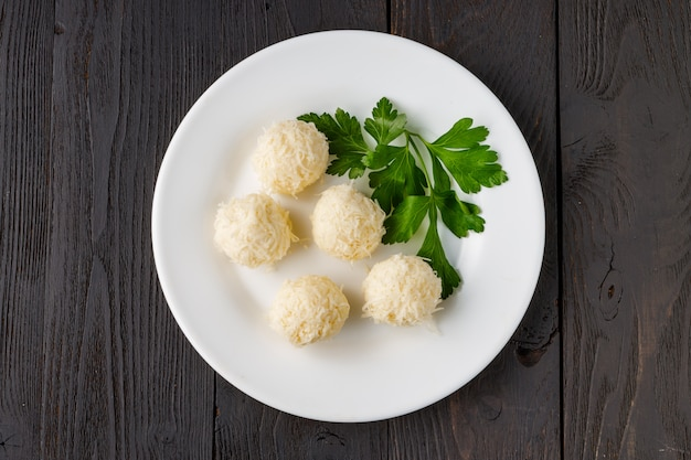 Сырные шарики в крабовой стружке - традиционная русская закуска к рождеству и новому году