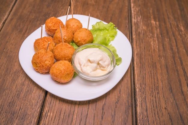 Сырные шарики с соусом