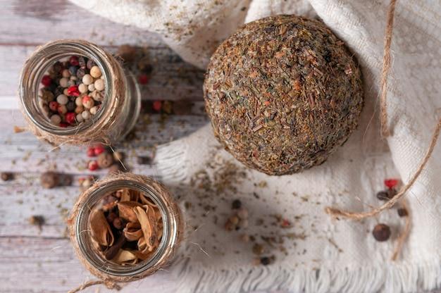 黒胡椒とスパイスのチーズベルパーノール。テキスタイルナプキンに。灰色の木製の背景。上からの眺め。