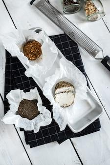 후추와 향신료를 곁들인 치즈 벨퍼. 반으로 자르다. 나무 도크에서.