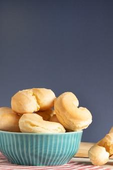 Сырный бисквит (biscoito de queijo). бразильская традиционная закуска в синем шаре.