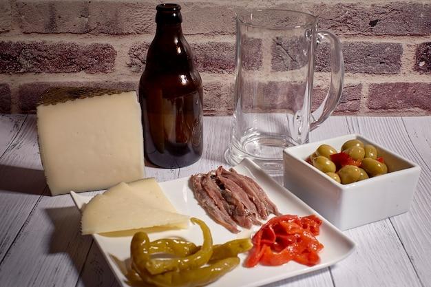 ビールの横にあるチーズボード