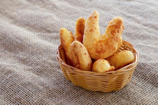 치파로 알려진 파마산 치즈가 든 치즈 빵 바구니
