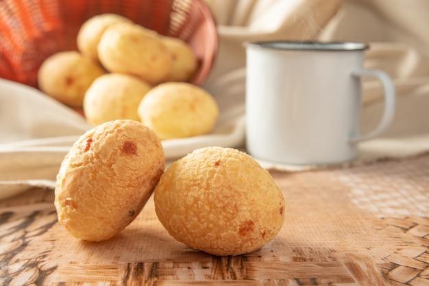 ブラジル産のチーズパン、テーブルにチーズパン、生地、アクセサリーを並べる