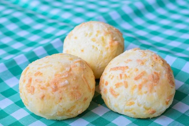 녹색과 흰색 수건에 치즈 빵