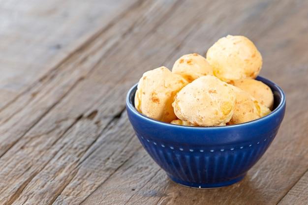 치즈 브레이크, 브라질 음식, 소박한 테이블.