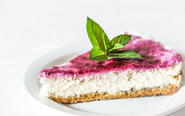 白い背景の上のチーズケーキ