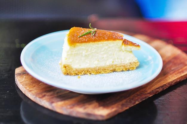 나무 테이블에 치즈 케이크