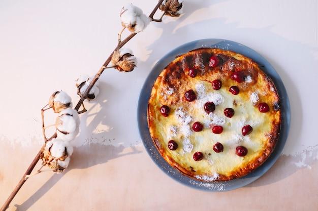 Сырная запеканка с ягодами на кухонном столе