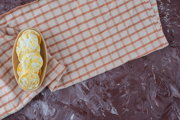 大理石のテーブルの上にあるティータオルの皿にチーズチップス。