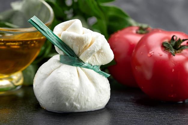 치즈 컬렉션, 모짜렐라로 만든 신선한 부드러운 흰색 부라 타 치즈 볼과 apulia와 토마토, 이탈리아의 크림을 닫습니다.