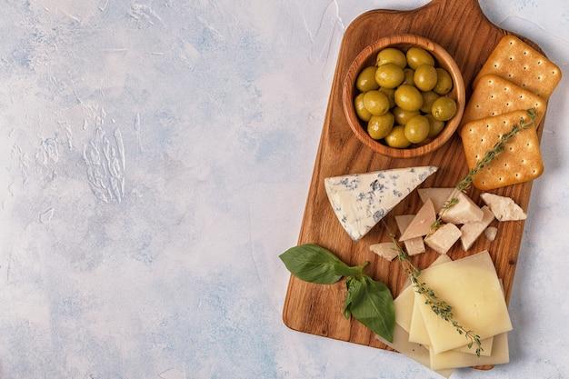 Сыр крекер оливки вино