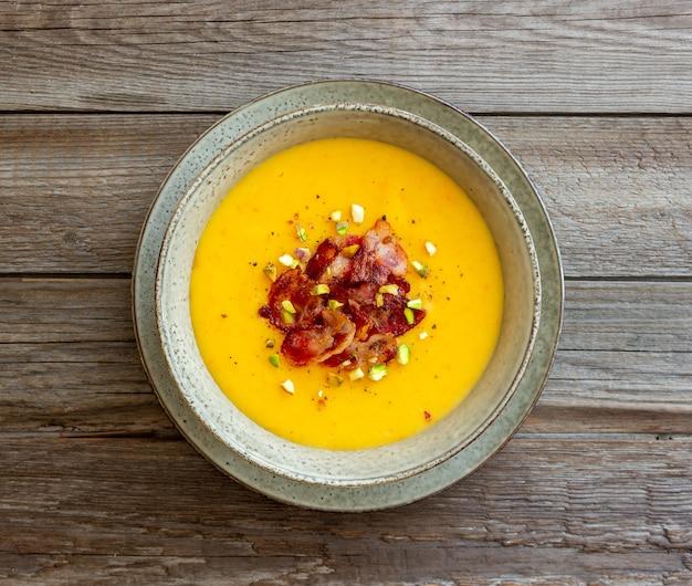 ベーコンとピスタチオのチーズクリームスープ。健康的な食事。レシピ。