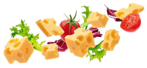 Кубики сыра на белом фоне