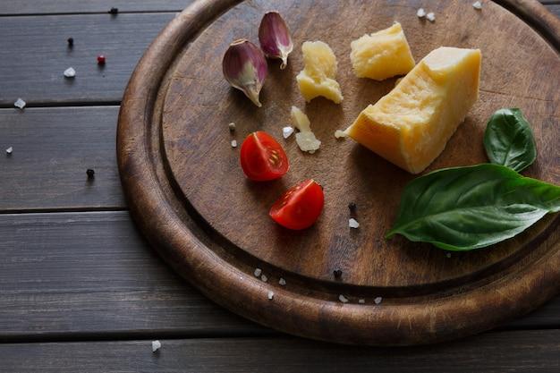 Деликатесы с сыром крупным планом на деревенском дереве, бри и пармезане