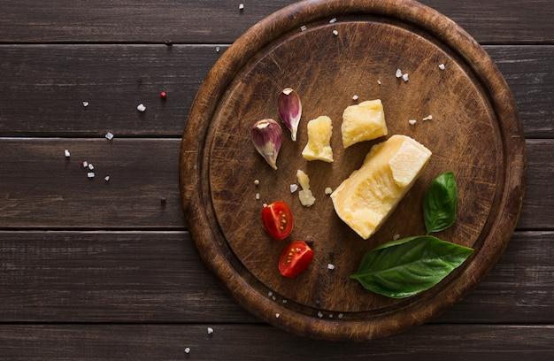 Деликатесен с сыром крупным планом на деревенском дереве, пармезан