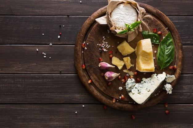 Сырные деликатесы на деревенском дереве, голубом рокфоре, бри и пармезане