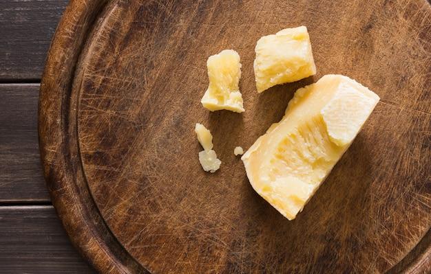Деликатес с сыром на деревенском деревянном столе, пармезан