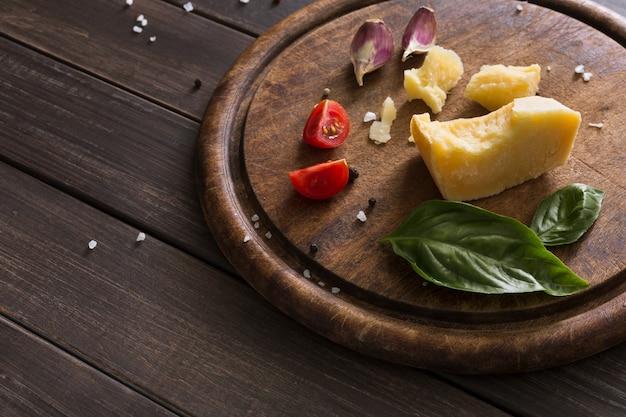 Блюдо деликатес с сыром на деревенском дереве, пармезан