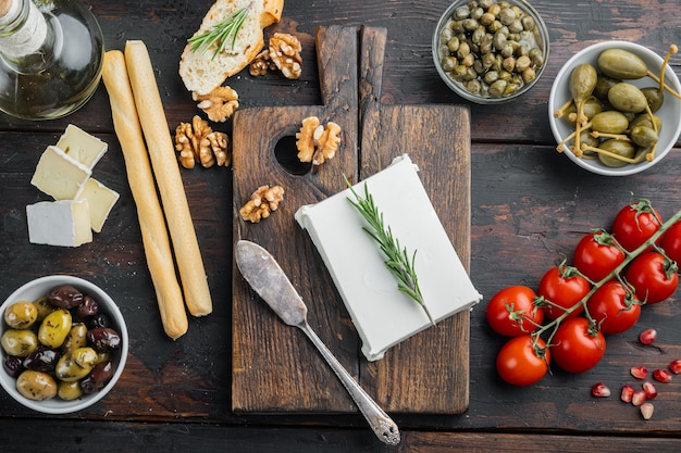 치즈 페타 그리스 샐러드 재료, 어두운 나무 배경, 위쪽