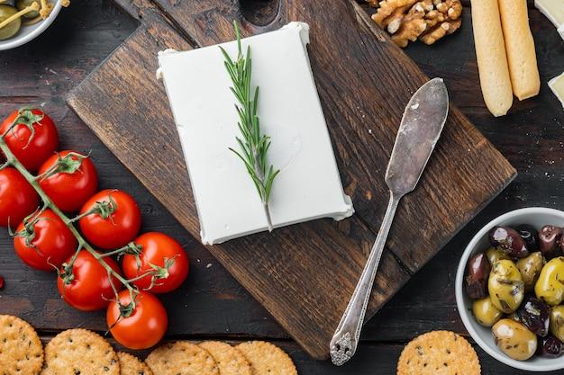 어두운 나무 테이블에 치즈 죽은 태아의 그리스 샐러드 재료, 평평하다