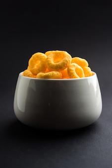 チーズ風味のパフまたはリングのクローズアップ、ボウルまたはムーディーの上で提供