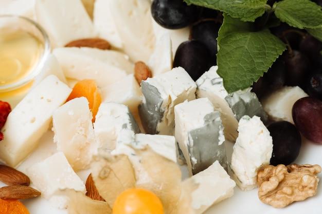 Сырная еда на столе