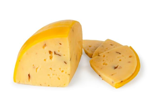 Сыр в восковой оболочке нарезанный на кусочки изолированные