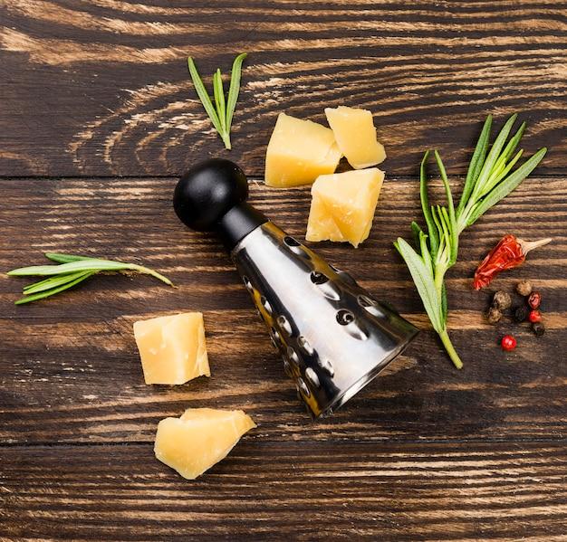Formaggio e ingredienti per la pasta