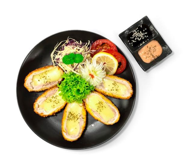 치즈 카츠 한식-일식 스타일 퓨전 소스가 야채와 조각으로 장식 된 부추 뭉치 양파 꽃 모양 topview