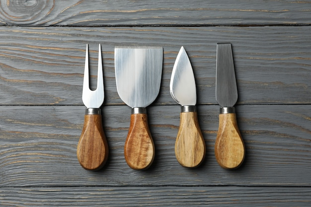 木製の背景、上面図、テキスト用のスペースにチーズナイフ