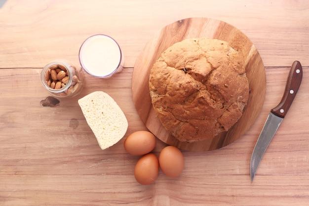 테이블에 치즈 우유 브라운 빵과 아몬드 너트