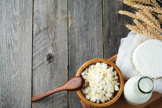 Сыр, молоко, творог и пшеница на старых деревянных