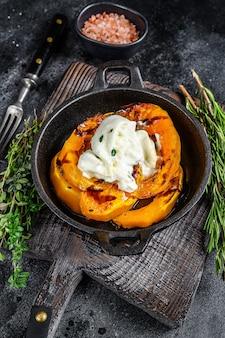 치즈 모짜렐라 burrata와 구운 호박 샐러드. 검정색 배경. 평면도.