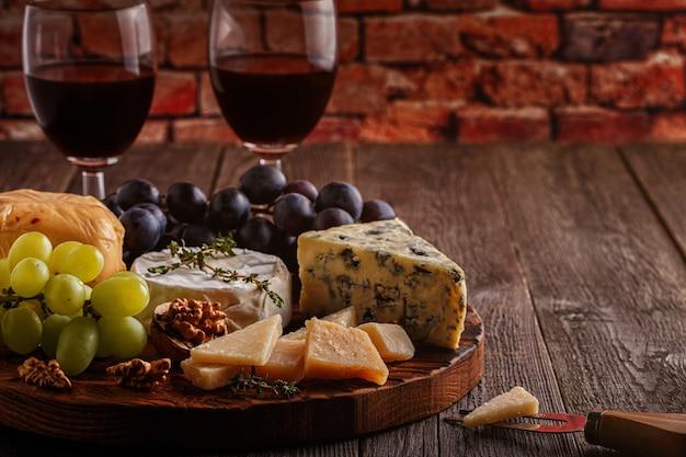 チーズ、ナッツ、ブドウ、赤ワイン