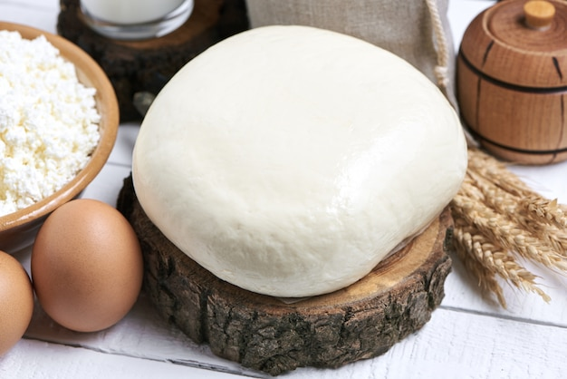 Сыр на белом деревянном столе