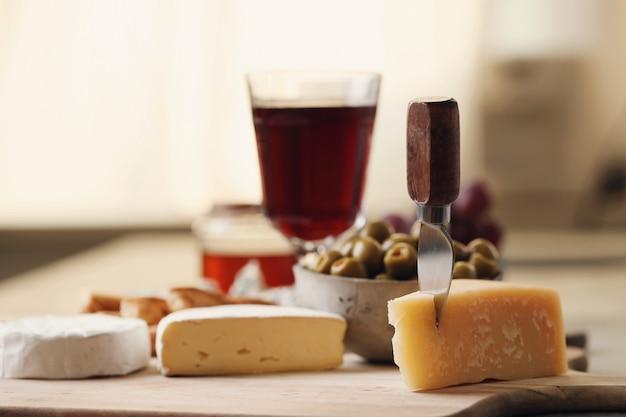 木の板にチーズ