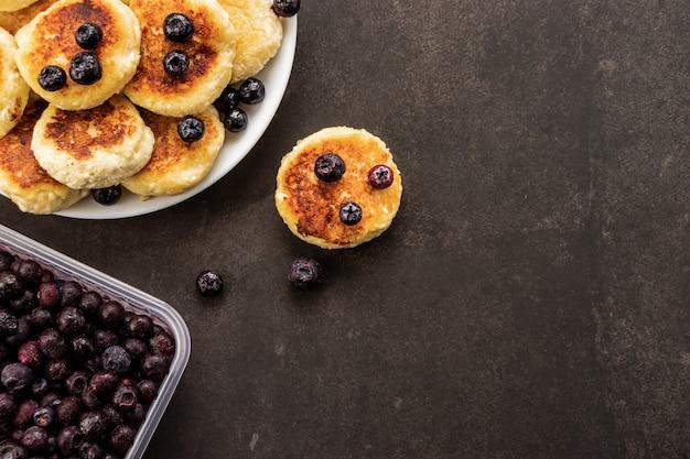 アイスクリームブルーベリーとチーズのパンケーキ、暗い背景、上面図、テキストの場所と暗いテクスチャ背景
