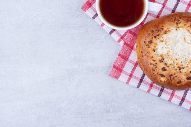 お茶とテーブルクロスのチーズペストリー