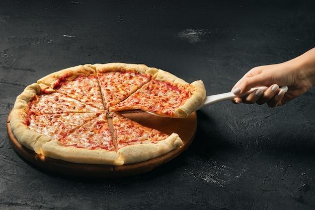 Сырную пиццу нарезать ломтиками