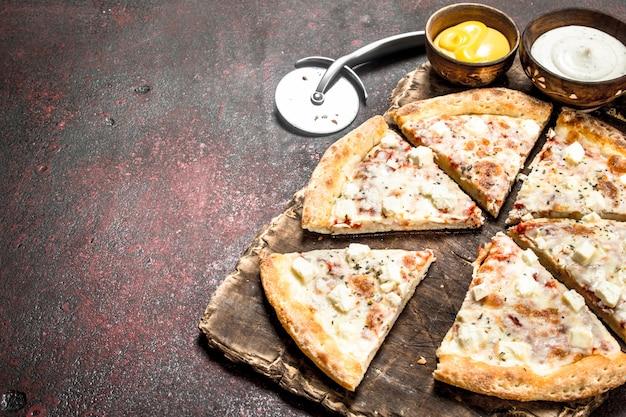 치즈 피자. 소박한 배경.