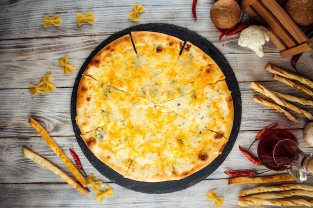チーズピザパルメザンドールブルーモッツァレラチーズゴーダ