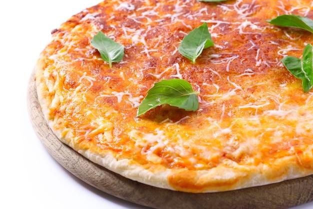 木製のまな板にバジルとチーズのピザ
