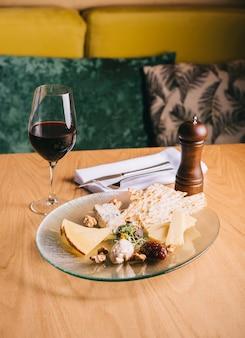 Сырная тарелка на столе с виноградом и орехами закуски к вину