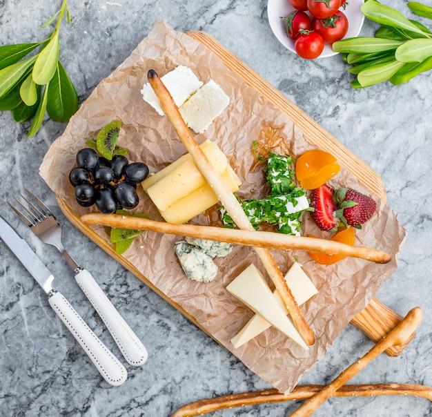 テーブルの上のチーズプレート