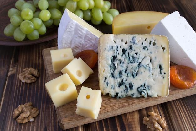木製のまな板にチーズプレート