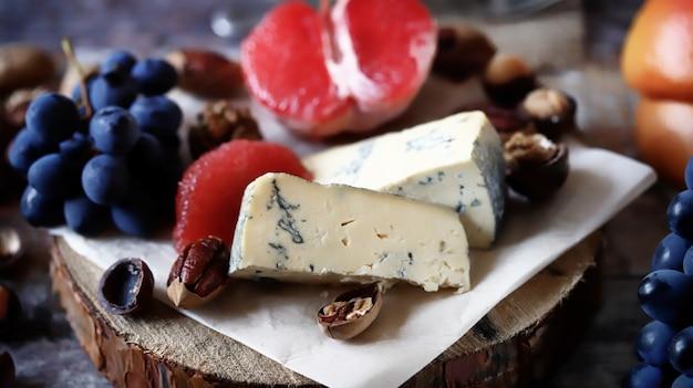 チーズプレート。ワインの前菜。 Premium写真