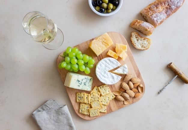 クラッカー、アーモンド、ブドウのチーズプレート