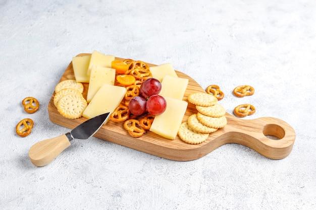 おいしいティルジットチーズと軽食が入ったチーズプレート。